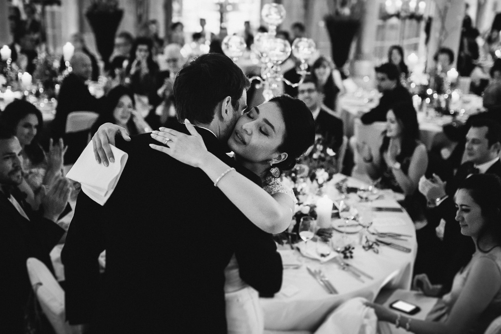 rührende Worte des Bräutigams Hochzeitsrede Ansprache Umarmung Hochzeit im A-Rosa Kitzbühel