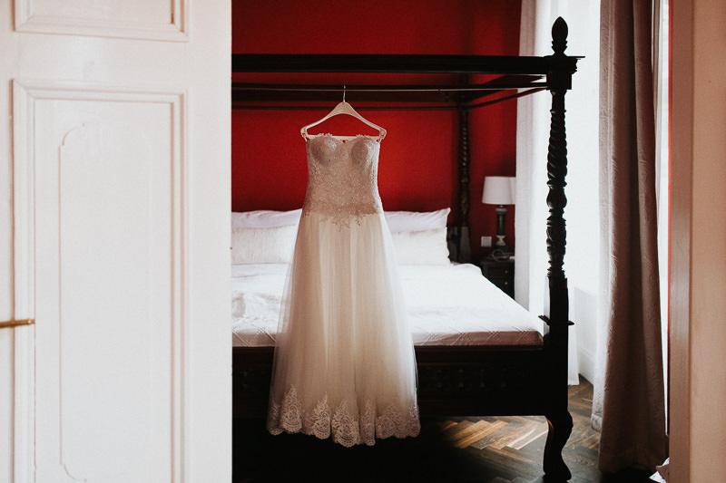 Hochzeitsfotograf Hochzeitskleid auf Schloss Ziethen in Berlin Brandenburg