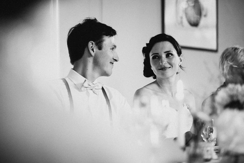Braut bei der Rede ihres Vaters Hochzeitsfotograf Berlin Schloss Ziethen